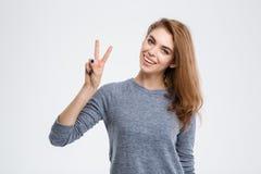Mujer sonriente que muestra el signo de la paz Fotos de archivo