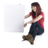 Mujer sonriente que muestra la cartulina con el espacio del texto Imagen de archivo