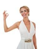 Mujer sonriente que muestra la muestra aceptable Fotos de archivo libres de regalías