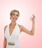 Mujer sonriente que muestra la muestra aceptable Imágenes de archivo libres de regalías