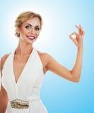 Mujer sonriente que muestra la muestra aceptable Foto de archivo libre de regalías