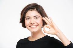 Mujer sonriente que muestra la muestra aceptable Fotografía de archivo