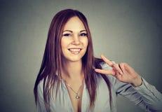 Mujer sonriente que muestra la victoria o el signo de la paz Imagen de archivo libre de regalías