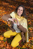 Mujer sonriente que muestra símbolo del corazón Foto de archivo libre de regalías