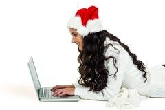 Mujer sonriente que pone en piso usando el ordenador portátil Imágenes de archivo libres de regalías