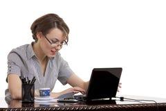 Mujer sonriente que pulsa en el teclado Imagen de archivo libre de regalías