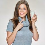 Mujer sonriente que señala el finger con el vidrio de leche I Imagen de archivo libre de regalías