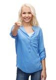 Mujer sonriente que señala el finger en usted Imagenes de archivo