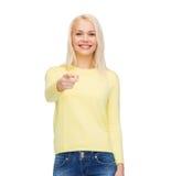 Mujer sonriente que señala el finger en usted Imágenes de archivo libres de regalías