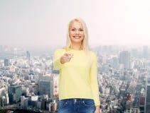 Mujer sonriente que señala el finger en usted Fotografía de archivo libre de regalías