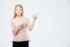 Mujer sonriente que señala el finger lejos Imagen de archivo