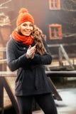 Mujer sonriente que se coloca en paisaje del otoño Foto de archivo libre de regalías
