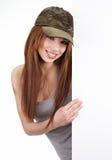 Mujer sonriente que se inclina en tarjeta en blanco Fotos de archivo