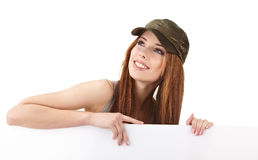 Mujer sonriente que se inclina en tarjeta en blanco Imagenes de archivo