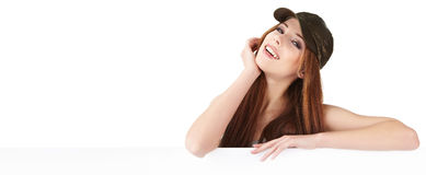 Mujer sonriente que se inclina en tarjeta en blanco Imágenes de archivo libres de regalías