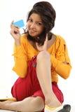 Mujer sonriente que se sienta con de la tarjeta de crédito Fotografía de archivo