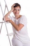 Mujer sonriente que se sienta en escalera de paso Fotos de archivo