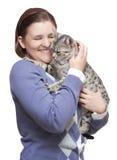 Mujer sonriente que sostiene el gato feliz Foto de archivo libre de regalías
