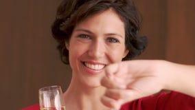 Mujer sonriente que sostiene el vidrio de la bengala y del champán almacen de video