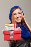 Mujer sonriente que sostiene hacia fuera dos cajas de regalo Imagenes de archivo