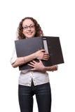 Mujer sonriente que sostiene la carpeta negra Imagen de archivo