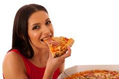 Mujer sonriente que sostiene la pizza deliciosa en caja del cartón Imagenes de archivo