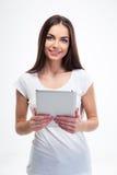 Mujer sonriente que sostiene la tableta Fotografía de archivo