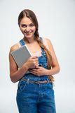 Mujer sonriente que sostiene la tableta Imagen de archivo libre de regalías