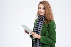 Mujer sonriente que sostiene la tableta Fotografía de archivo libre de regalías