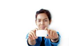 Mujer sonriente que sostiene la tarjeta de crédito vacía en blanco o la tarjeta de visita , Fotos de archivo