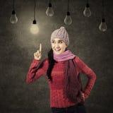 Mujer sonriente que tiene una idea Fotografía de archivo