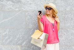 Mujer sonriente que toma el selfie después de hacer compras Imágenes de archivo libres de regalías