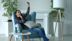 Mujer sonriente que toma el selfie en el teléfono elegante en casa almacen de video