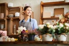 Mujer sonriente que trabaja en floristería foto de archivo libre de regalías