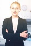 Mujer sonriente que trabaja en la oficina Imagen de archivo libre de regalías