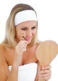 Mujer sonriente que usa un bigudí de la pestaña foto de archivo libre de regalías