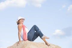 Mujer sonriente relajada alegre encima de la montaña imagen de archivo libre de regalías
