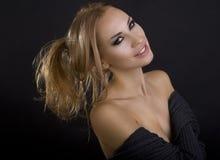 Mujer sonriente rubia atractiva hermosa Fondo oscuro Ojos de Smokey imagenes de archivo