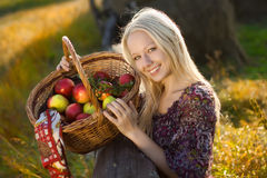 Mujer sonriente rubia hermosa con muchos manzana imagen de archivo