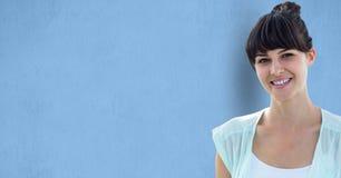 Mujer sonriente sobre fondo azul foto de archivo