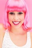 Mujer sonriente sobre fondo rosado Imágenes de archivo libres de regalías