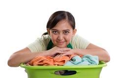 Mujer sonriente y su lavadero foto de archivo libre de regalías