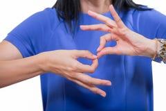 Mujer sorda que usa lenguaje de signos Imagen de archivo libre de regalías