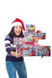 Mujer sorprendente con los regalos listos para caer Imagen de archivo