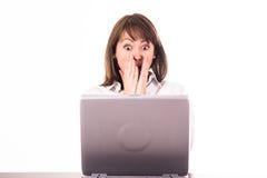 Mujer sorprendente en el ordenador Fotos de archivo libres de regalías