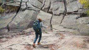 Mujer sorprendente entre rocas almacen de video