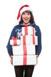 Mujer sorprendente feliz que sostiene muchos rectángulos Imágenes de archivo libres de regalías