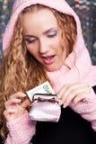 Mujer sorprendente que mira en su monedero Foto de archivo libre de regalías