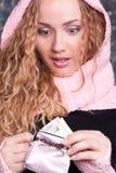 Mujer sorprendente que mira su monedero Foto de archivo libre de regalías