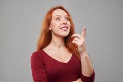 Mujer sorprendente que señala hacia arriba Foto de archivo libre de regalías